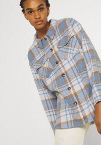 Vero Moda - VMSHAY SHIRT - Skjorte - pristine/allure - 5