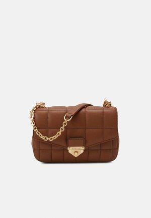 SOHOSM CHAIN - Taška spříčným popruhem - luggage
