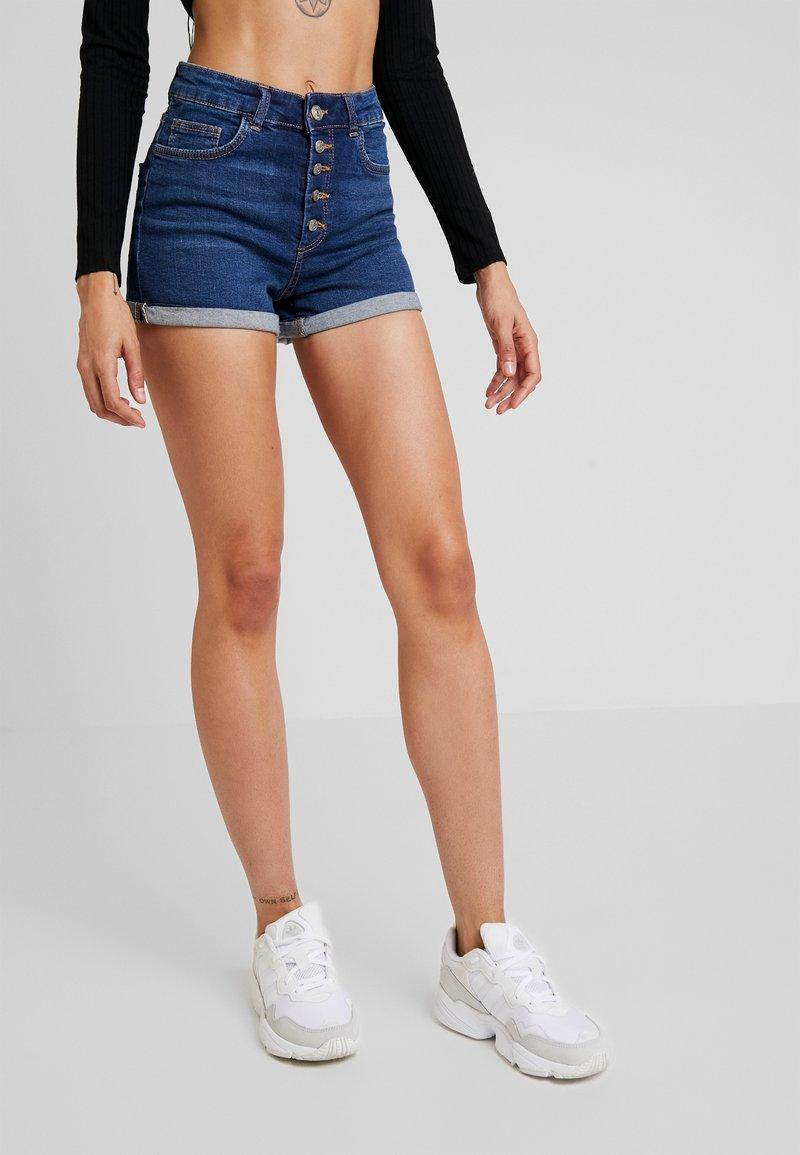 ONLY - ONLHUSH BUTTON BOX - Shorts di jeans - medium blue denim