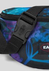 Eastpak - FLOWER-RAY/AUTHENTIC - Bum bag - dark ray - 3