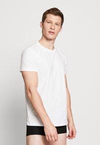 Levi's® - SOLID CREW 2 PACK - Undershirt - white - 1