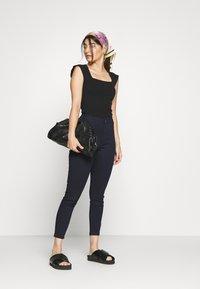 Vero Moda Petite - VMJOY SKINNY TAPERED  - Jeans Skinny Fit - dark blue - 1