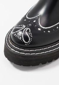 KARL LAGERFELD - PATROL BROGUE CHELSEA BOOT - Plateaustiefelette - black/white - 2