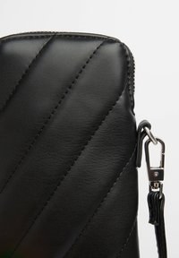 Bershka - STEPPTASCHE MIT KETTENHENKEL 03431687 - Across body bag - black - 4