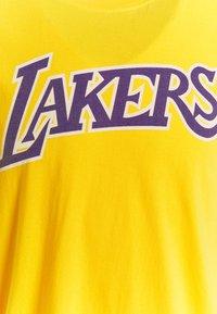 Mitchell & Ness - NBA LOS ANGELES LAKERS WORN LOGO TEE - Club wear - yellow - 2