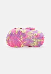 Crocs - CLASSIC MARBLED - Pantofle - pink lemonade/multicolor - 4