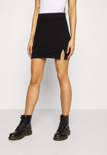Basic mini skirt with slit