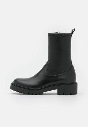 GUIDO - Kotníkové boty na platformě - black