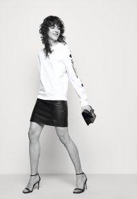 Love Moschino - Sweatshirt - optical white - 3