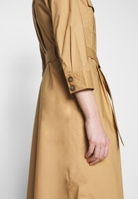 Pedro del Hierro - POPLIN DRESS WITH POCKETS - Kjole - light khaki - 7