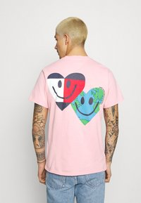 Tommy Jeans - LUV THE WORLD TEE UNISEX - T-shirt imprimé - iced rose - 2