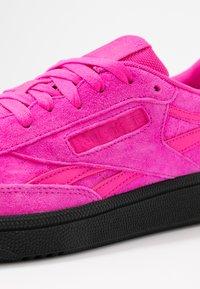 Reebok Classic - CLUB  - Sneakersy niskie - dynamic pink/black - 2