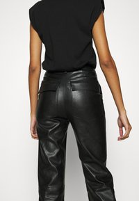 4th & Reckless - KAYDEN TROUSER - Trousers - black - 3
