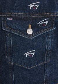 Tommy Jeans - OVERSIZE TRUCKER JACKET UNISEX - Giacca di jeans - dark blue - 8
