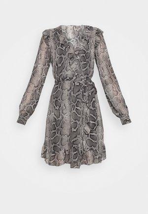 SNAKE WRAP DRESS - Denní šaty - malachite grey