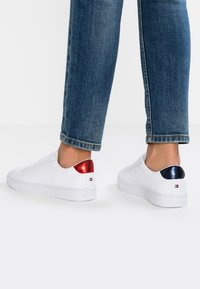 Tommy Hilfiger - ESSENTIAL - Baskets basses - red - 0