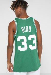 Mitchell & Ness - NBA BOSTON CELTICS LARRY BIRD SWINGMAN - Débardeur - grün/weiß - 2