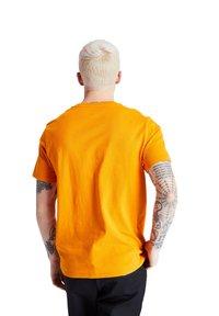 Timberland - SS LOGO PLAY - Print T-shirt - dark cheddar - 2