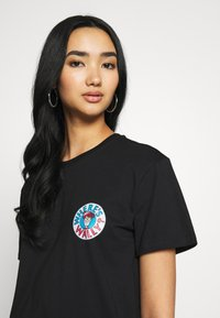 Merchcode - WHERE IS WALLY SPACE TEE - T-shirt print - black - 4