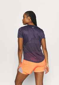 Nike Performance - MILER - T-shirts med print - dark raisin - 2