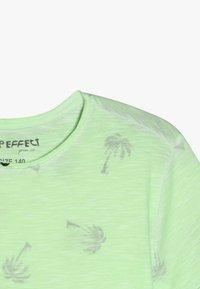 Blue Effect - BOYS PALMEN ALLOVER - Print T-shirt - neon grün oil - 4