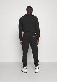Nike Sportswear - RETRO PANT - Träningsbyxor - black - 2