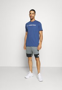 Nike Performance - DRY SHORT 5.0 - Pantaloncini sportivi - smoke grey/black/white - 1