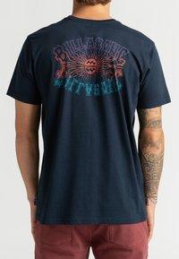 Billabong - OKAPI - Print T-shirt - navy - 0