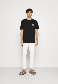 Selected Homme - SLHRELAXEDMILO ONECK TEE - Print T-shirt - black - 1