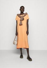 Holzweiler - GATE DRESS - Sukienka z dżerseju - peach orange - 1