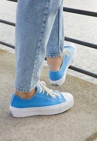 Converse - CHUCK TAYLOR ALL STAR LIFT RENEW  - Sneakersy niskie - coast/white - 4