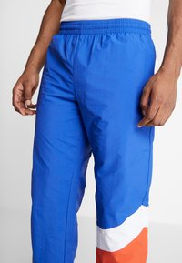 Mitchell & Ness - MIDSEASON PANT - Pantalon de survêtement - royal/orange - 3