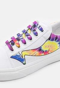Vans - OLD SKOOL UNISEX - Sneaker low - true white - 5