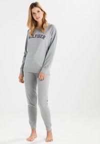 Tommy Hilfiger - ICONIC CREW NECK TRACK - Pyjama top - grey - 1