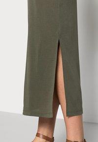 Saint Tropez - ABBIE DRESS - Žerzejové šaty - army green - 3