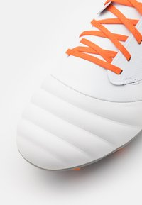 Umbro - TOCCO PREMIER FG - Moulded stud football boots - white/carrot/frost gray - 5