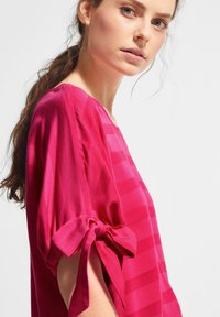 comma casual identity - MIT TUNNELZUG-DETAILS - Blouse - magenta woven stripes - 3