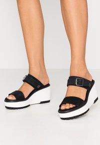 Timberland - KORALYN BAND WEDGE - Pantofle na podpatku - black - 0