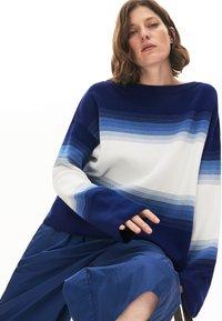 Lacoste - LACOSTE - DAMEN PULLI-AF6462 - Sweter - navy blau / blau / weiß - 0