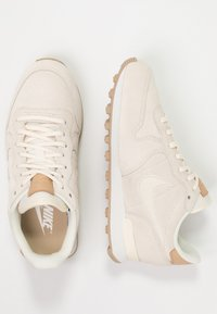 Nike Sportswear - INTERNATIONALIST PRM - Tenisky - pale ivory/summit white/tan - 3