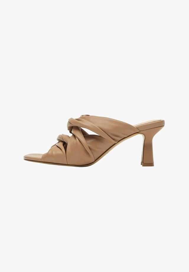 MIT KREUZRIEMCHEN - Pantofle na podpatku - camel