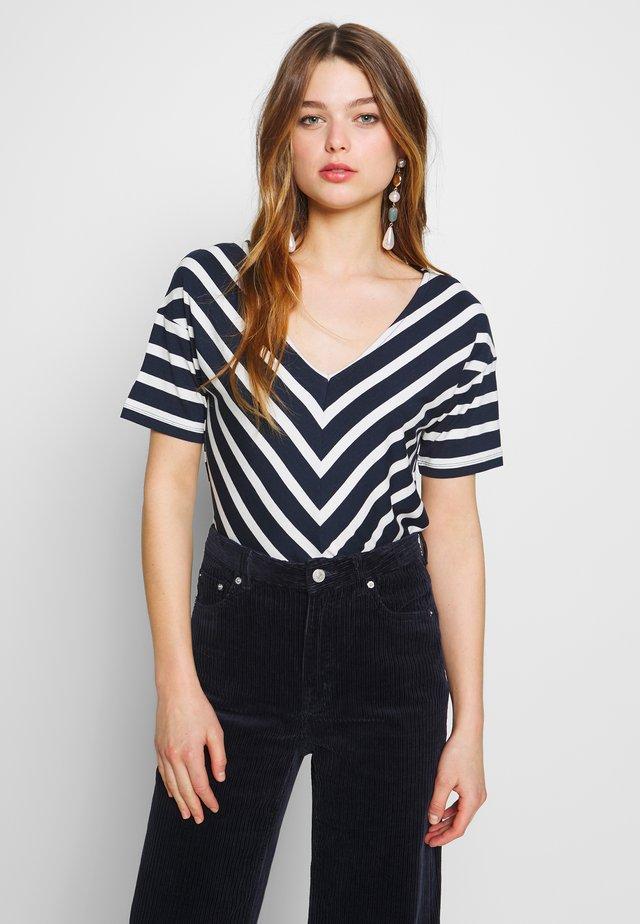 NOVA - T-shirt z nadrukiem - navy/pearl