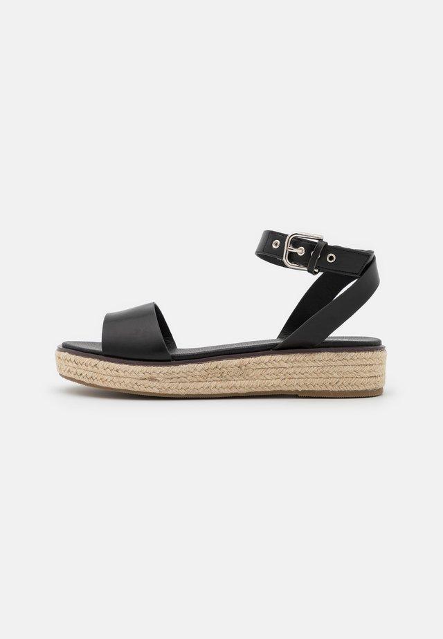 WIDE FIT CONNECTICUT - Sandalen met plateauzool - black
