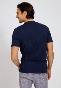 Guess - T-shirt con stampa - blau - 2