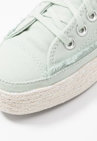Converse - CHUCK TAYLOR ALL STAR - Sneakersy niskie - green oxide/white/natural - 2
