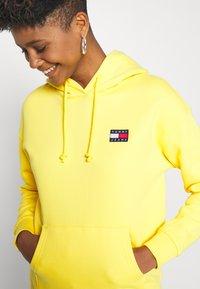 Tommy Jeans - BADGE HOODIE - Hoodie - star fruit yellow - 3