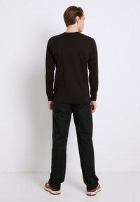 Vans - CLASSIC FIT - Bluzka z długim rękawem - black/white - 2