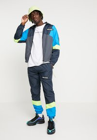 Night Addict - NARUSS - Tracksuit bottoms - navy/neon yellow - 1