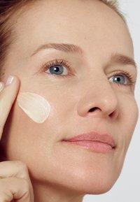 L'Oréal Paris Skin - REVITALIFT CLASSIC DAY CREAM - Face cream - - - 3