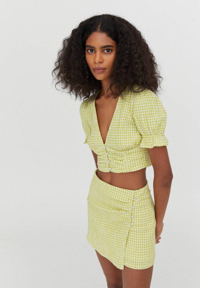 PULL&BEAR - MIT VICHYKAROS - Blouse - light green